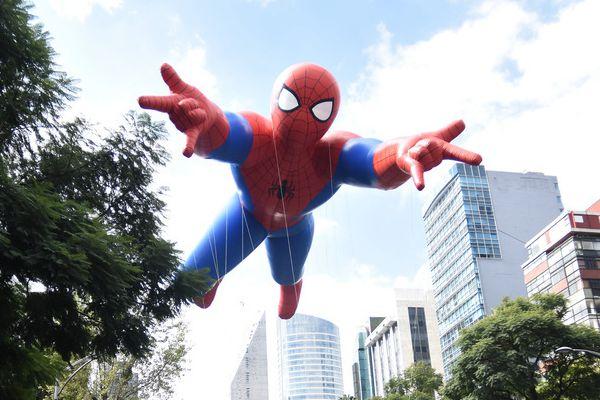 """墨西哥举行""""Bolo fest""""盛装游行 巨型蜘蛛侠抢眼"""