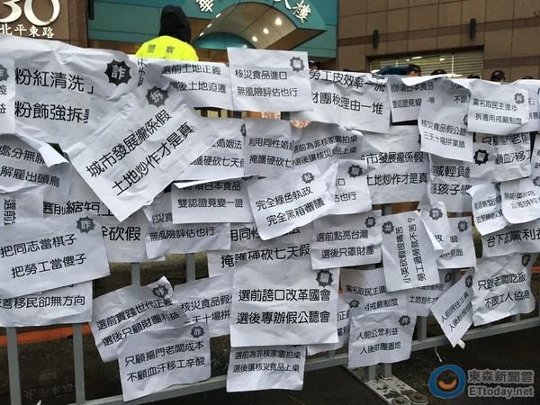 """秋斗!明升m88.com团体送明升国际""""诈骗集团""""匾额"""
