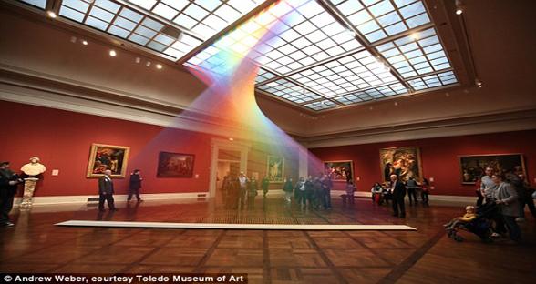 惊艳!墨西哥艺术家在美博物馆内制造人造彩虹