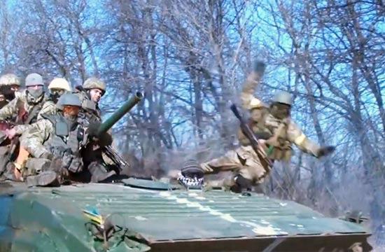 乌克兰士兵被从装甲车顶颠飞