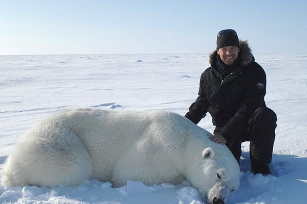 加男子情迷北极熊 投身保护工作