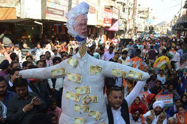 """印度反对党组织抗议""""废钞"""" 燃烧纸币和莫迪肖像"""