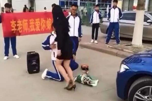 男学生拉横幅掏钻戒向女老师求婚 反遭怒斥不要脸