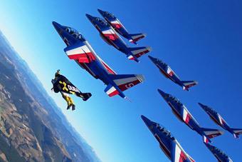 喷气飞人与空军战机一起飞行