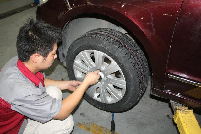 轮胎为什么同时换2条 新轮胎放前面后面?