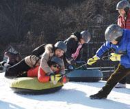 """首个""""北京市残疾人冰雪活动基地"""" 怀北国际滑雪场挂牌"""