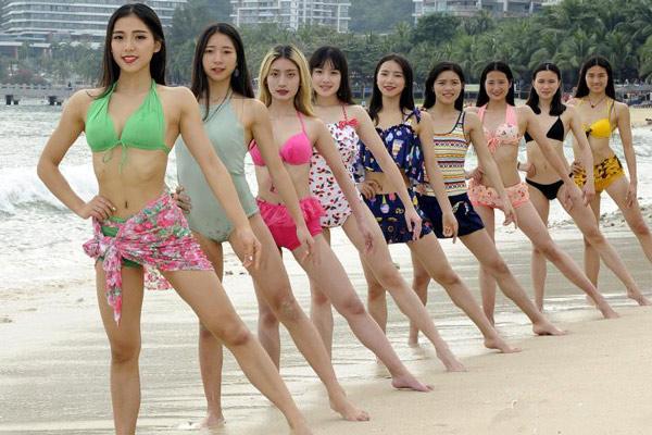 成都大学女子健身队备战比基尼大赛 颜值高身材棒