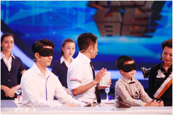 《挑战不可能》王力宏被杂技姐妹蹬起旋转360度