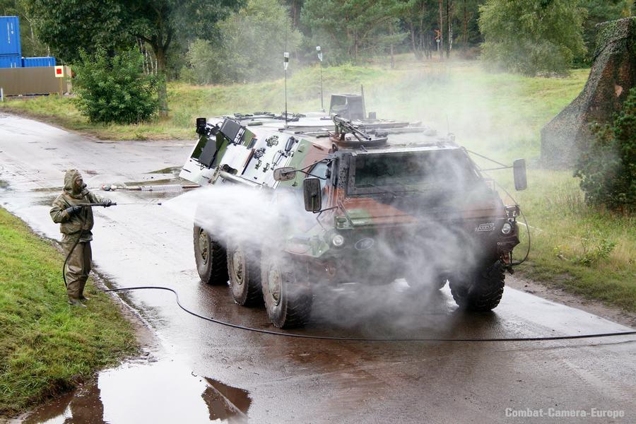 看德国如何给装甲车洗消作业