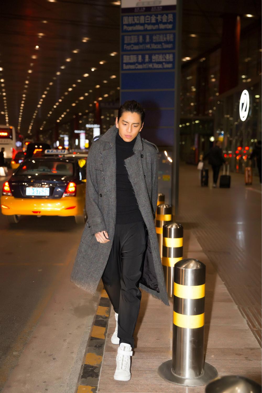 王大陆受邀参加MAMA盛典 机场style帅气满分