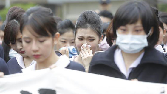 复航确定解散 抗议空姐瞬间哭成泪人