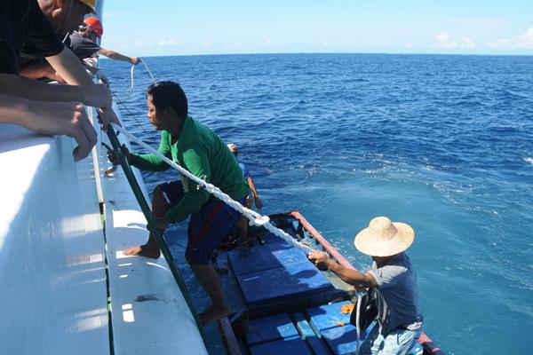 菲律宾渔民获中国海警援救 吃饭看病被精心照顾