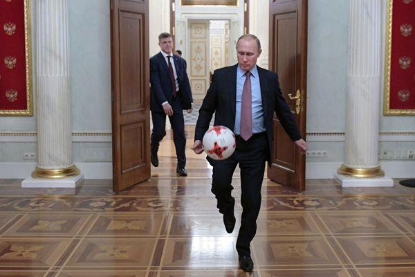 普京克里姆林宫内踢球秀 获赠国际足联官方足球