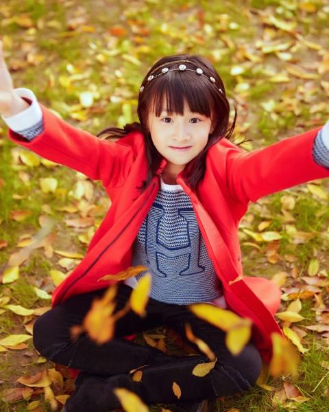 田亮晒森碟近照 甜笑比心变小公主