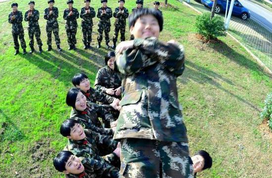武警女兵3米高台后仰倒下