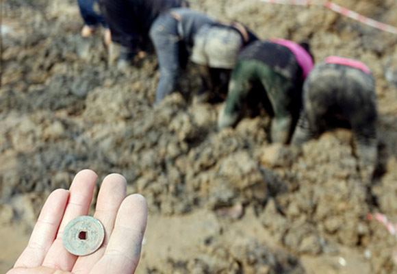 郑州河发现古钱币