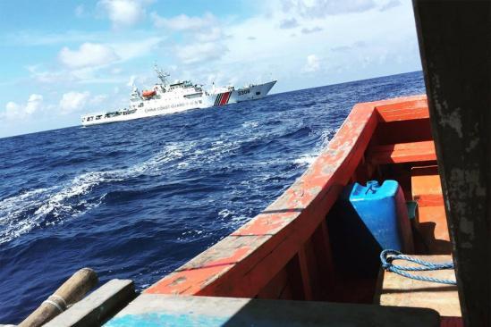 中国海警在黄岩岛附近救起2名菲渔民 菲方感谢