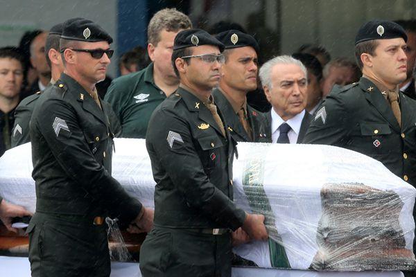 """巴西遇难球员""""回家"""" 总统特梅尔冒雨亲临哀悼"""