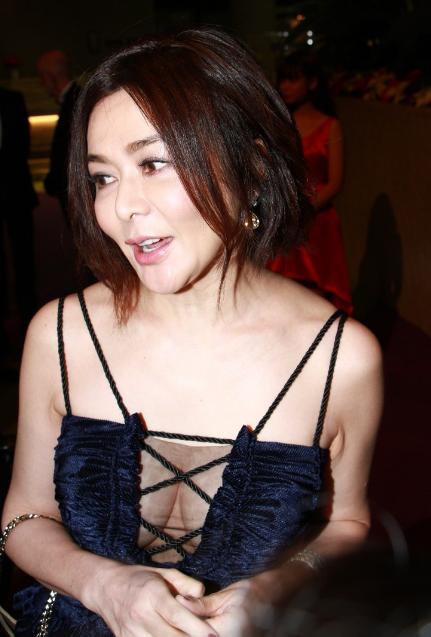 54岁关之琳出席活动打扮大胆