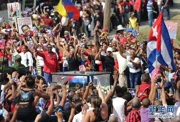运送菲德尔·卡斯特罗骨灰的车队抵达古巴圣地亚哥