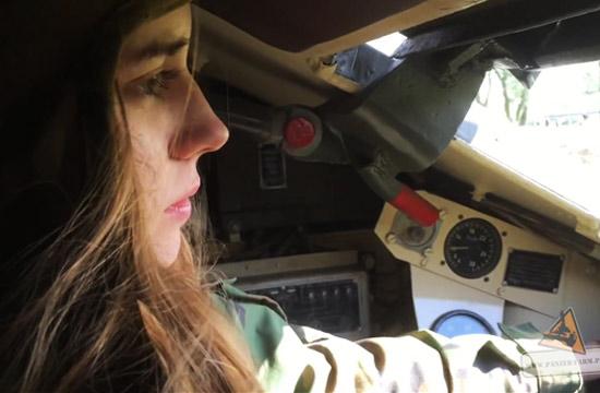 萌妹子带你体验T-34坦克驾驶