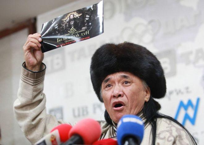蒙古说唱歌手因穿纳粹符号服装被俄外交官打昏