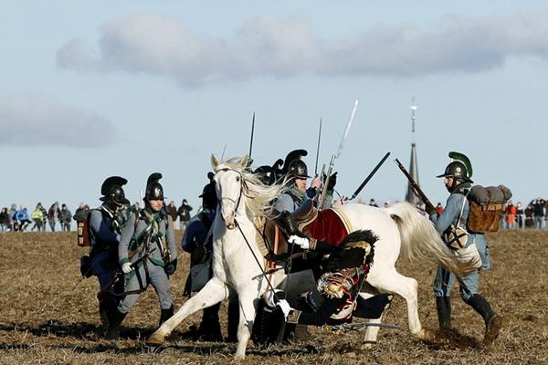 捷克重现拿破仑经典战役 场面恢弘战况激烈