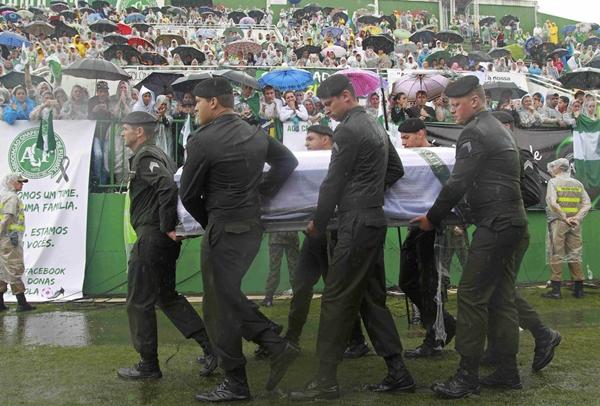 巴西举行空难遇难者遗体告别仪式 球迷雨中送别罹难球员