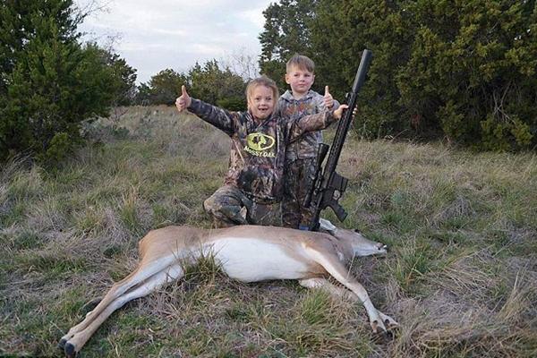 美国女孩5岁扛枪 7岁使用来福枪杀鹿