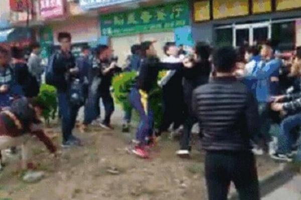 数十名大学生因买饭插队街头混战