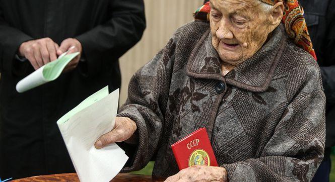 2016乌兹别克斯坦大选投票现场:古稀老人投票