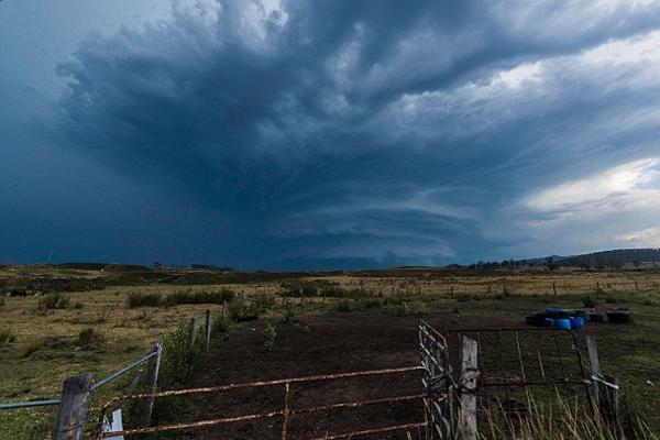 超强雷暴侵袭澳大利亚 农田现罕见阵风卷