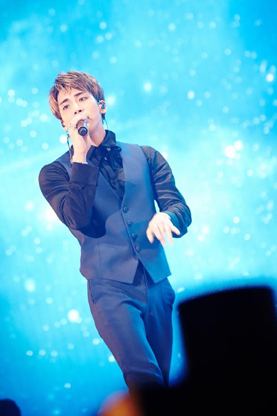 韩男团SHINee钟铉办个人演唱会 彰显火爆人气
