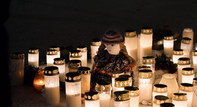 芬兰女官员与2名女记者遭近距离枪杀 民众点烛悼念