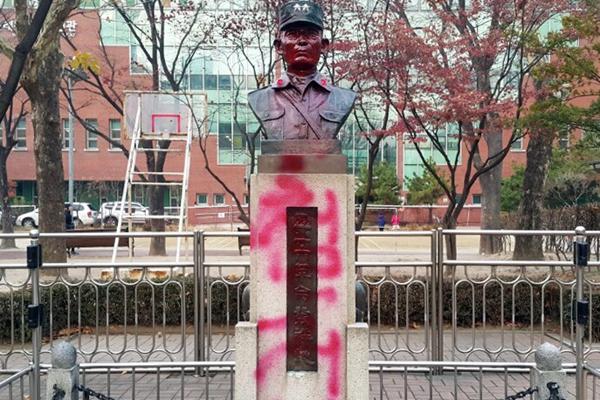 继放火烧宅 朴槿惠父亲朴正熙雕像再遭人喷漆污损