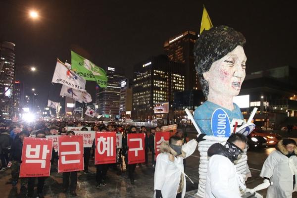 """韩民众集会要求总统下台 """"朴槿惠""""被游街示众"""