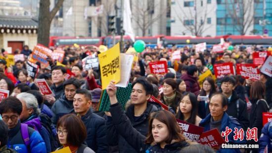 韩民众青瓦台前举行烛光集会 要求总统下台