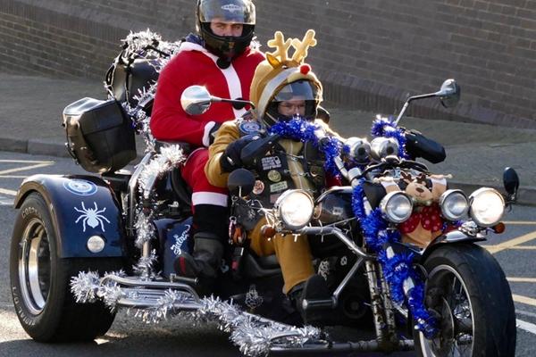 英国伯克郡上演骑摩托慈善游行 奇葩造型脑洞天开