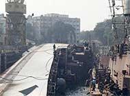 印度导弹护卫舰船坞里翻船