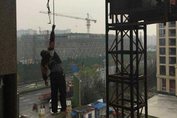 工人拆卸塔吊时失足 悬挂空中半小时