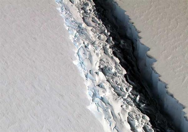 南极最大冰架出现巨型裂口:113公里长!