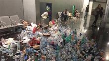 机场变垃圾场饮料空瓶堆积成山