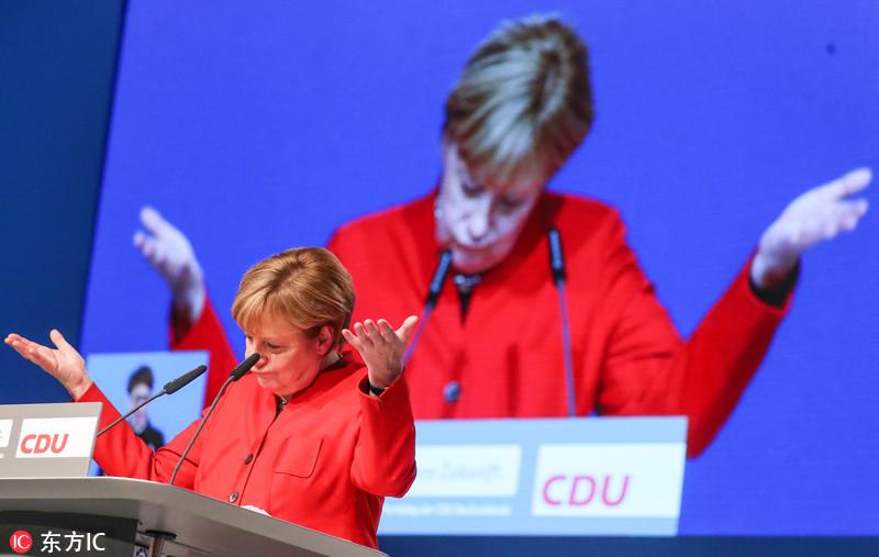 德国总理默克尔出席党内大会 摆出嫌弃脸