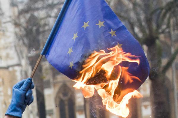 """英国""""脱欧""""程序案审理持续 民众法院外焚烧欧盟旗帜"""
