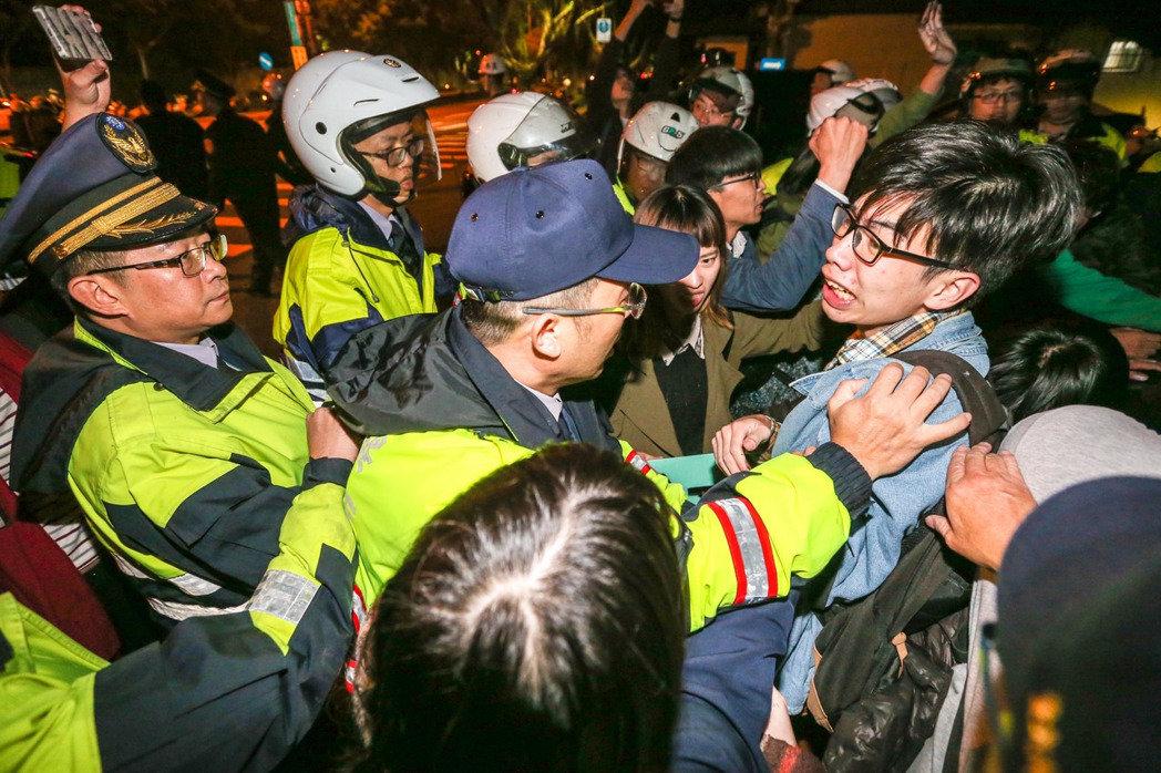 劳工团体夜袭蔡英文官邸 被警方强力驱散