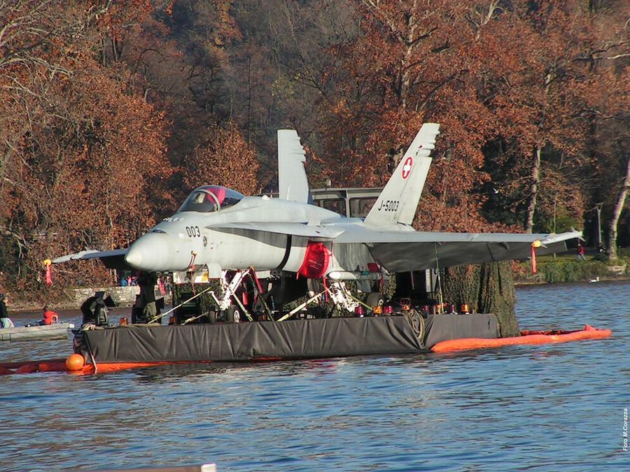 真会玩!瑞士F18战机泛舟水上