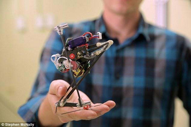 美大学研发迷你机器人 可弹跳至10倍身高
