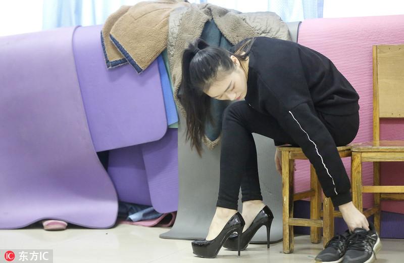 郑州高三学生备战艺考忙 00后美女冒严寒备考