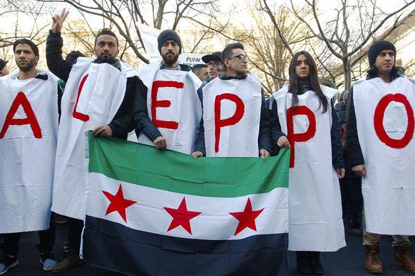 德国民众在俄罗斯大使馆外示威 抗议俄空袭阿勒颇