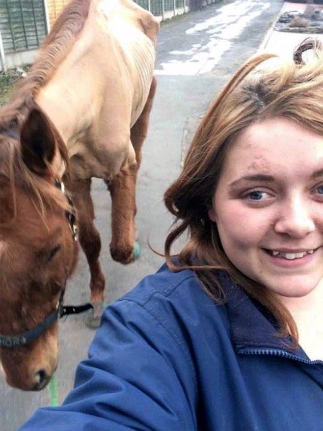 英女子与瘦马自拍被指虐待动物 被判10年不许养马